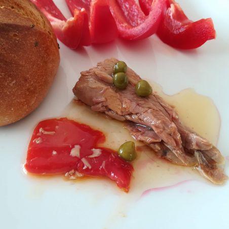 Morrillo vom Roten Thunfisch in Olivenöl traditionell mit Paprika und Erpsen bei TarifaFisch