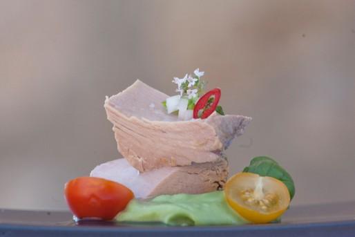 Thunfisch in Olivenöl mit Tomaten und Baguette